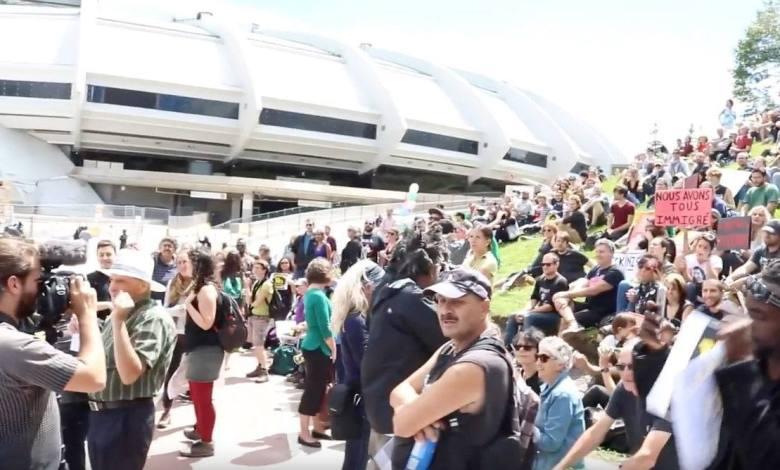 Manifestation en soutien aux réfugiés devant le stade olympique de Montréal début août 2017.