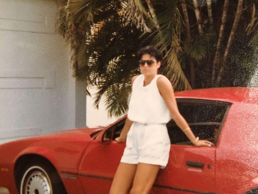 Milena Di Maulo devant la maison familiale de Hollywood en Floride