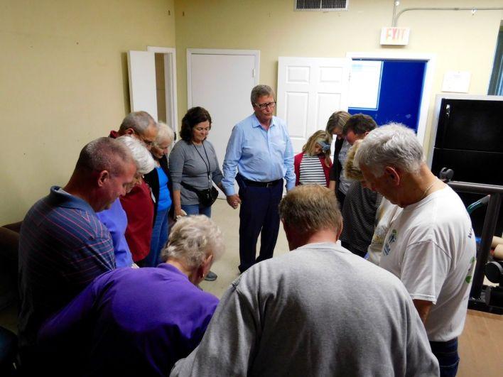 Prière des bénévoles avant un dîner de charité organisé par l'association Hope South Florida dans une église de Fort Lauderdale