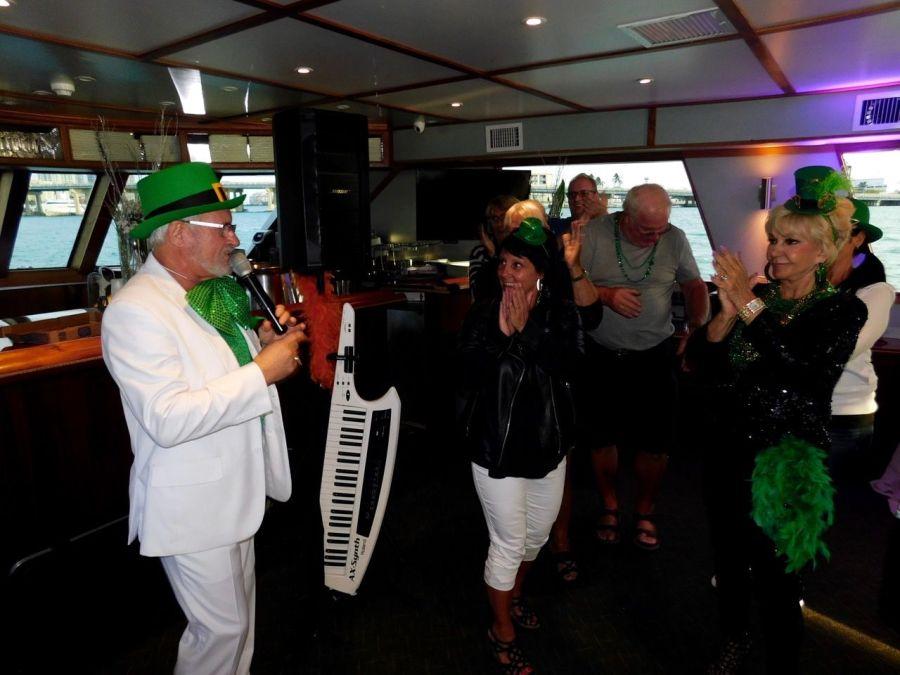 Michel Chatillon au micro : durant la Croisière s'amuse : soirée croisière québécoise sur les rivières entre Miami et Miami Beach, organisées par Go 2 Vacations et Galaxy Tours.