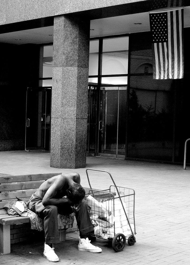 Un sans-domicile devant l'entrée des Nations Unies à New-York City