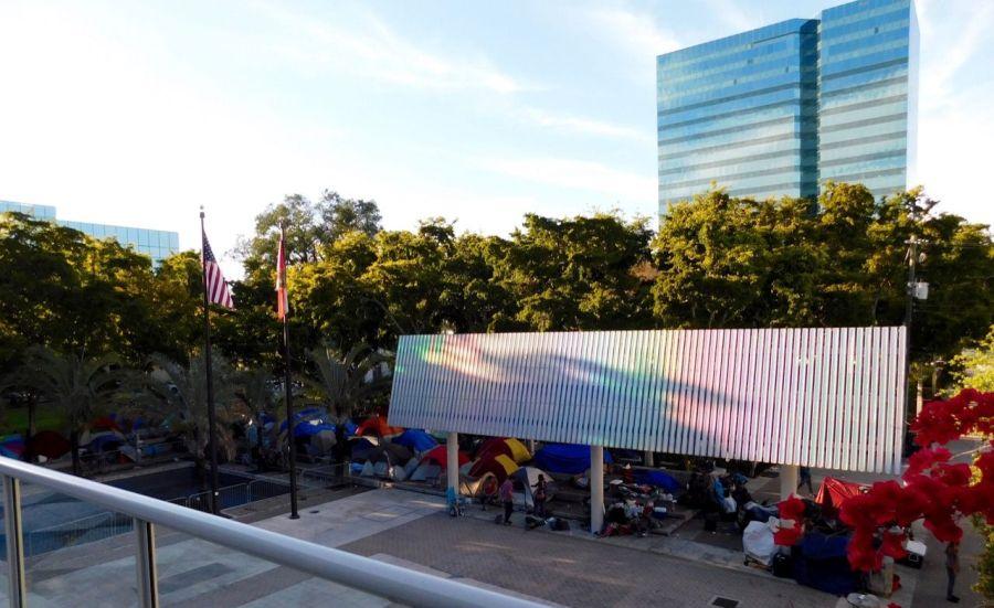 SDF dormant dans la rue derrière la bibliothèque dans le centre de Fort Lauderdale en Floride.