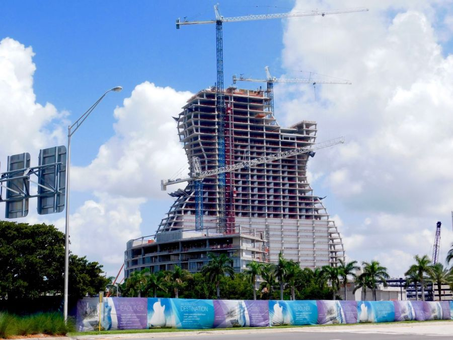 L'hôtel géant en forme de guitare actuellement en construction au Seminole Hard Rock Casino de Hollywood en Floride