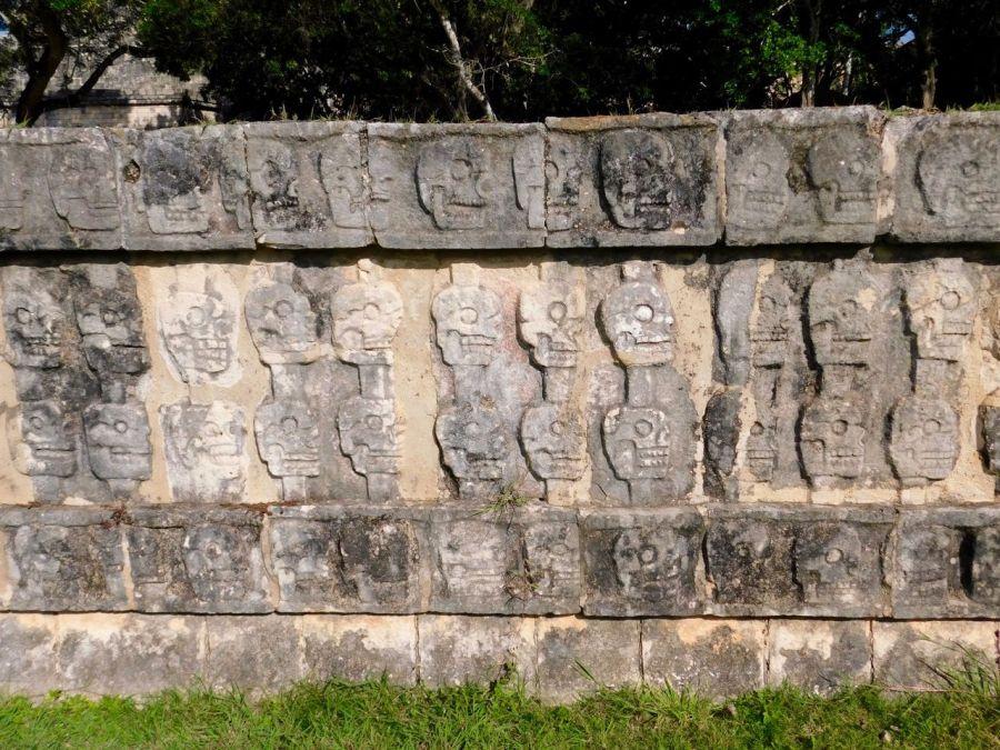 Tzompantli : frises de têtes de morts à Chichen Itza