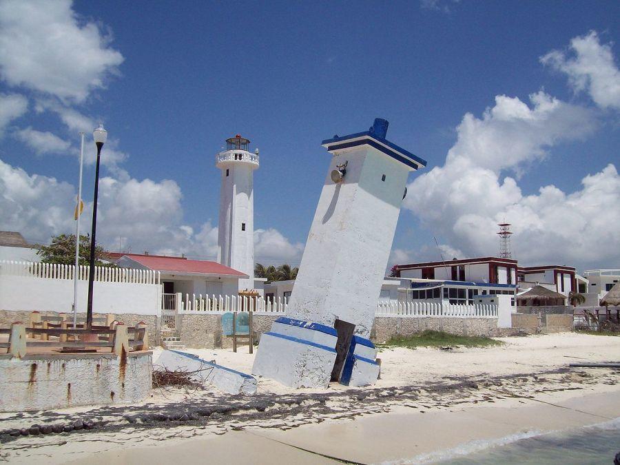 Le phare incliné de Porto Morelos