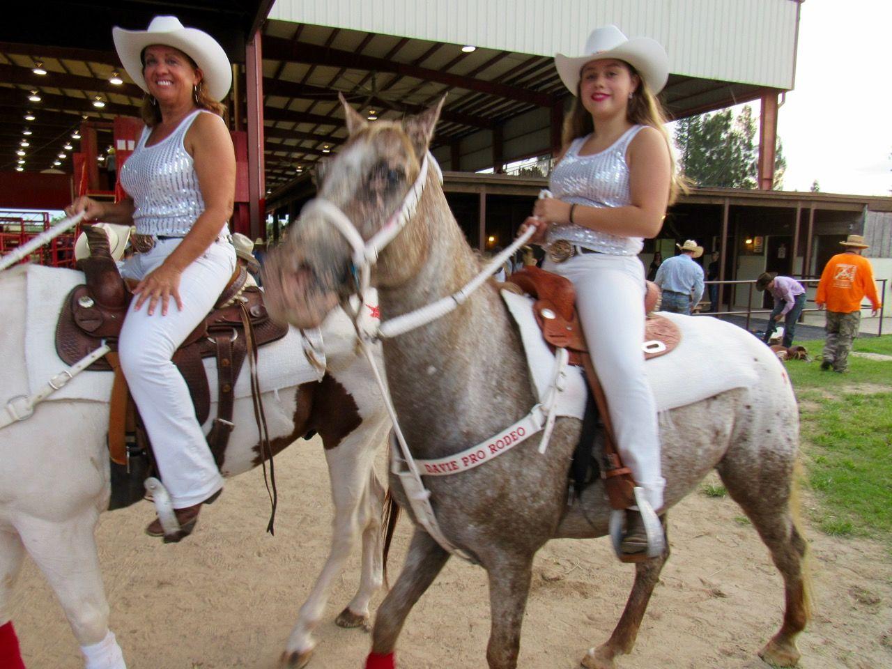Cavalières au Davie Pro Rodeo à Davie en Floride