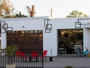Un marchand de glace dans un ancien garage sur la Dearborn street, la principale rue commerçante d'Englewood