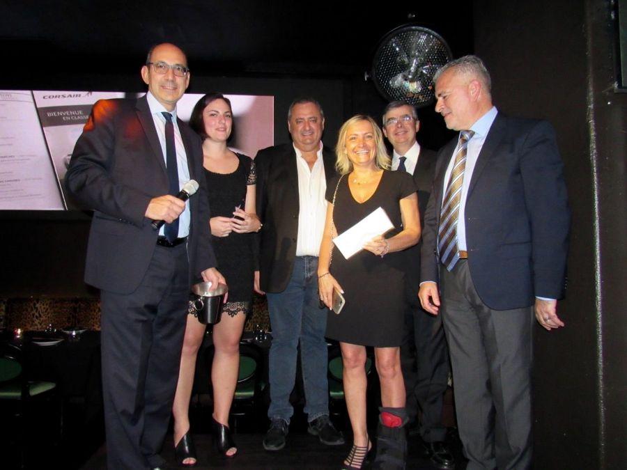 Sophie (au centre) a été la chanceuse de la soirée : elle a gagné un billet Paris-Miami sur Corsair. Ici avec Gilles Marigliano, Pauline, Franck Bondrille, Sophie, Antoine Huet et Alain Ouelhadj.