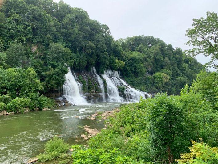 Rock Island : d'impressionnantes chutes d'eau qui sortent de la forêt dans le Tennessee