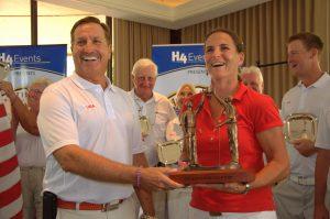 Les Américains ont laissé Patricia Meunier-Lebouc poser avec la coupe : leur victoire était courte !