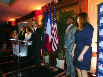 Le consul Philippe Létrilliart durant la soirée du 14 juillet 2015, en compagnie entre autres des élus consulaires Nicole Hirsh et Xavier Capdevielle.