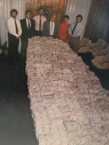 Découverte de millions de dollars par le DEA dans une maison de Pablo Escobar (dans les années 1980)
