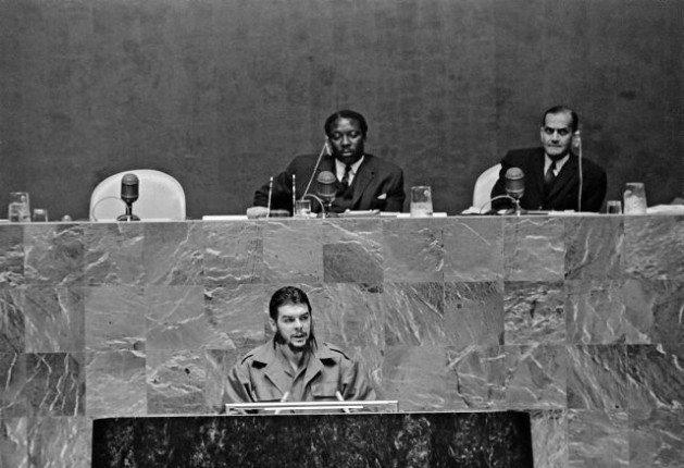 """Le 11 décembre 1964, le célèbre ministre de l'Industrie Cubain Ernesto """"Che"""" Guevara était venu à New-York afin de s'adresser aux Nations Unis. Il avait lui même envoyé à la mort des centaines de Cubains lors des procès révolutionnaires ayant suivi la révolution. (photo : Nations Unies)"""