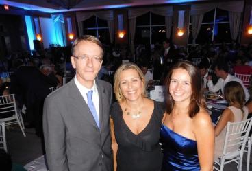 Philippe Létrilliart (consul de France) avec Séverine Gianese-Pittman et Pascale Villet (pdte. et dir. de la FACC) lors du dîner de gala 2015