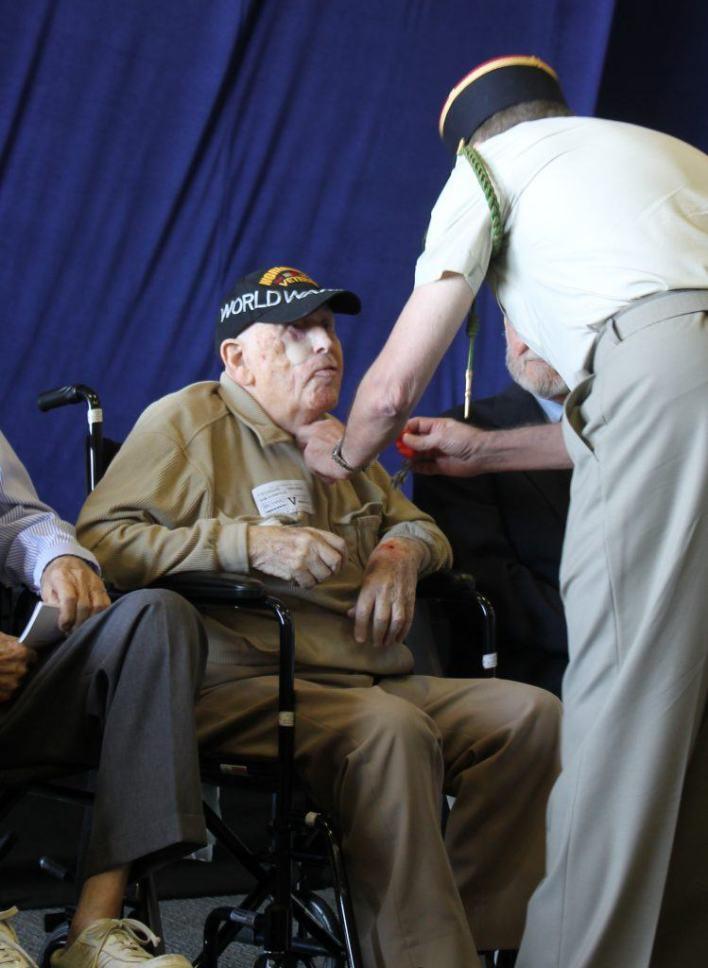 Sam Kornfeld, Vétéran d'Omaha Beach et de la Seconde Guerre Mondiale, recevant les insignes de Chevalier dans l'ordre de la Légion d'Honneur, des mains du capitaine Jean-Michel Caffin.