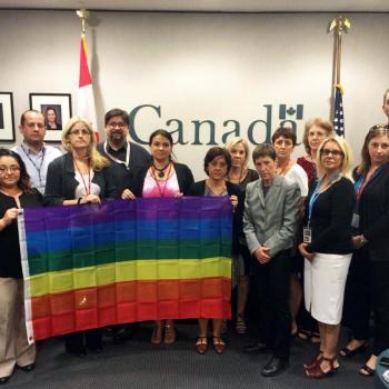 Moment solennel au consulat du Canada à Miami en hommage aux victimes d'Orlando.