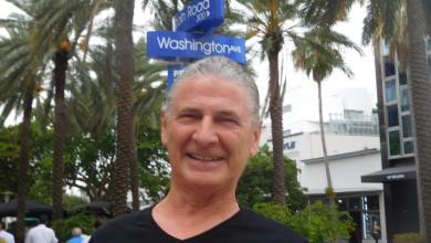 Serge Massat devant ses bureaux de Miami Beach