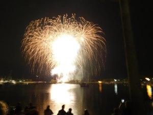 Feu d'artifice pour Independance Day sur le port de St Petersburg Downtown (Floride)