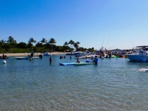 Fêtes endiablées sur la barre de sable de Peanut Island en Floride.