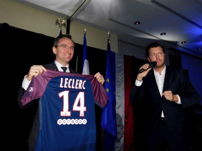 Sébastien Wasels (PSG) remet un maillot à son nom au consul de France Clément Leclerc.
