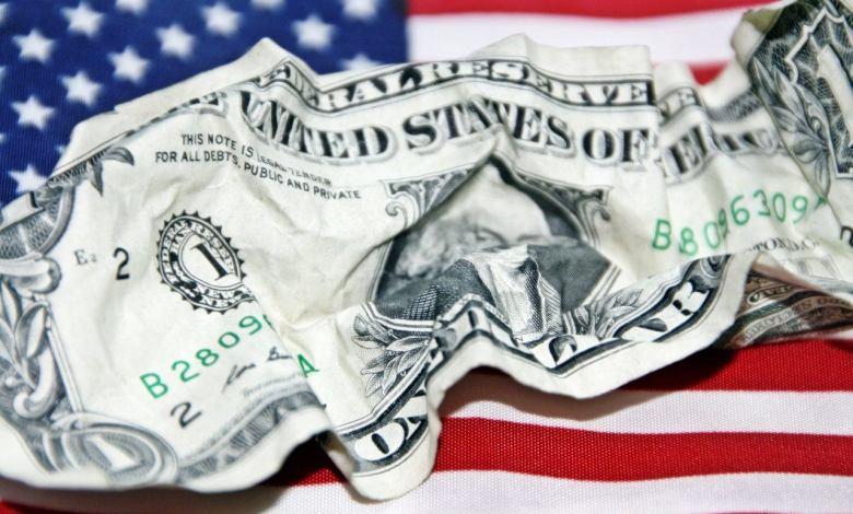 Dollars et drapeaux américains et f