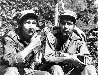 "Raul Castro, à gauche, avec le guérillero Ernesto ""Che"" Guevara, en juin 1958 durant la révolution."