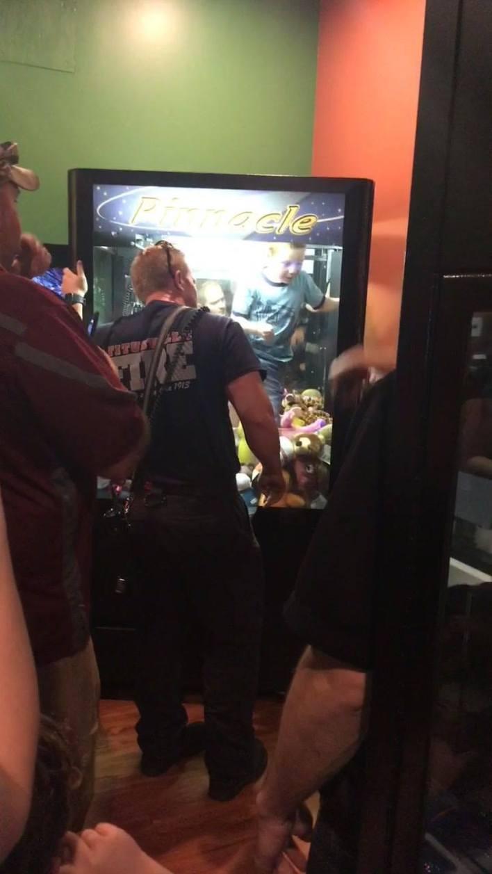 Un enfant coincé dans une machine à pinces.