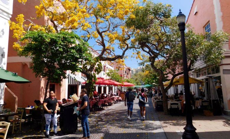 Espanola Way : une jolie artère piétonne avec cafés et restaurants à South Beach / Miami Beach