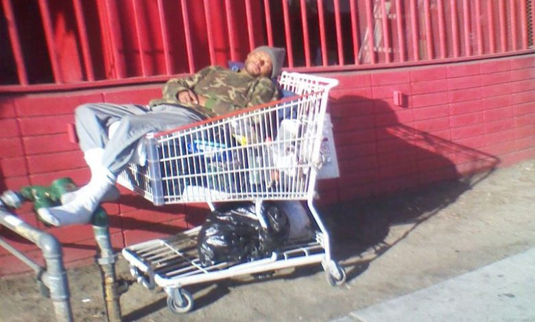 Sans-abris dormant dans la rue du quartier de Skid Row à Los Angeles