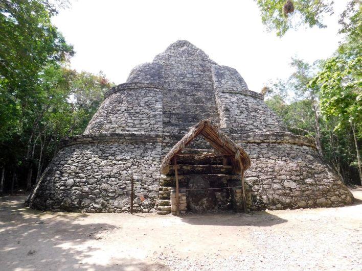 La Pyramide Xaibe, dans les ruines de la cité maya de Cobá au Mexique.
