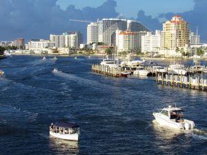 La rivière Intracoastal dans le quartier central de Las Olas à Fort Lauderdale