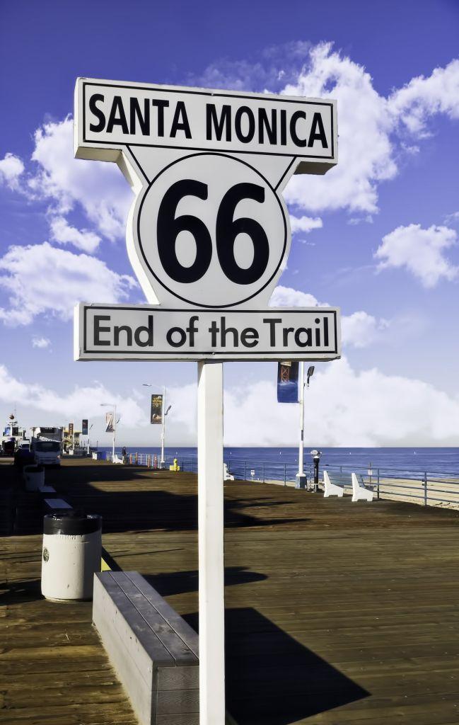 La fin de la Route 66 au pier (jetée) de Santa Monica, en Californie.