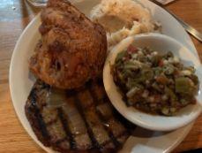 """Un pain de viande (""""meatloaf"""") à tomber à la renverse, et un poulet frit à la mode du sud."""