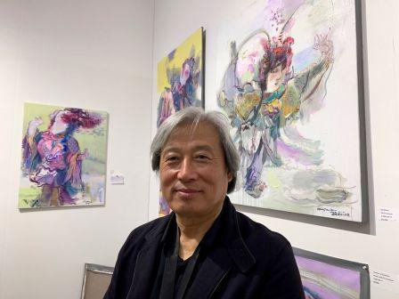 Le peintre chinois Zhao Junchao durant les expositions et foires d'art contemporain Red Dot et Spectrum dans le quartier de Wynwood à Miami.
