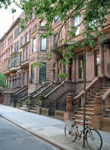 Des Brownstones dans le quartier de Harlem à New-York City