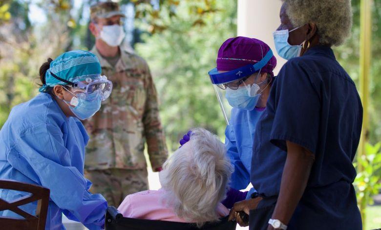 Des infirmières pratiquant des tests dans une maison de petite de Floride le 1er mai dernier aidées par les Florida National Guards