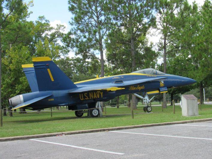 Un avion de la patrouille Blue Angel à l'entrée de la base aérienne