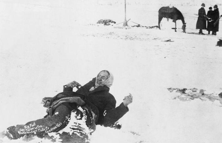 Le corps congelé du chef Big Foot dans la neige de Wounded Knee, avec les soldats en arrière plan.