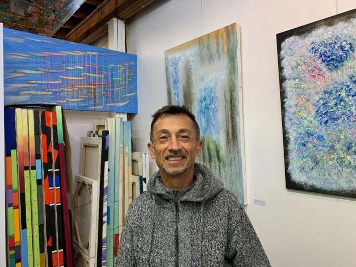 Le peintre français Jean-Luc Thébault est au 807 NE 4th Ave dans le Mass District.