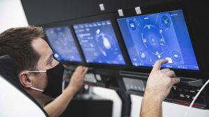 Thomas Pesquet à l'entraînement sur un écran de SpaceX.