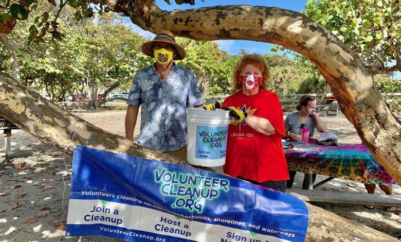 Gwendal Gauthier (directeur du Courrier) et Susan Harper (consule générale du Canada) : Les Canadiens ont nettoyé la plage de Hollywood en Floride !