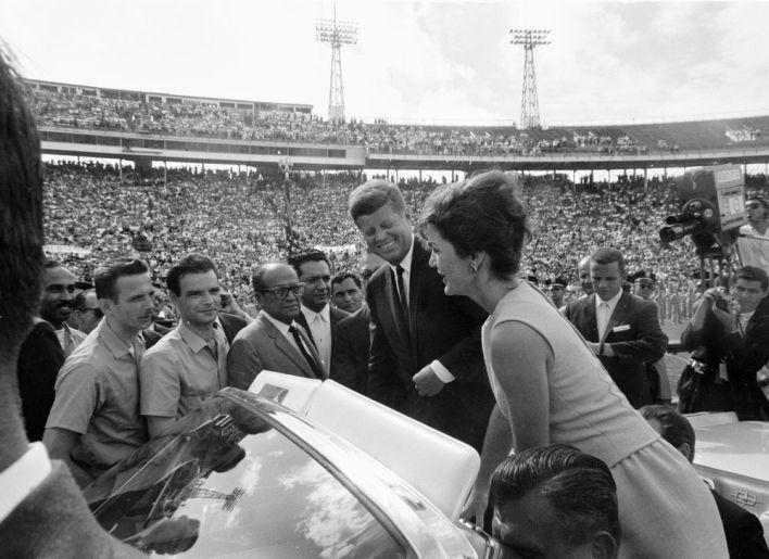 John et Jackie Kennedy viennent féliciter à Miami les survivants de la Brigade 2506. Avec les lunettes c'est l'ancien premier ministre cubain José Miró Cardona. A sa droite, c'est Manuel Artime, le chef opérationnel de l'invasion.