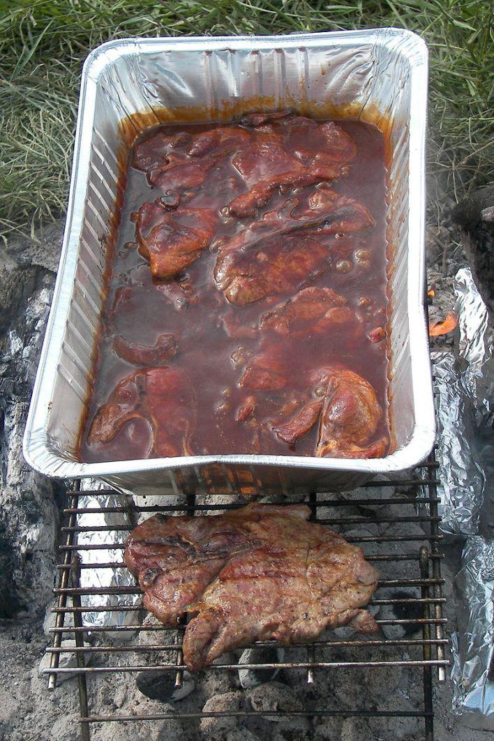 Steaks de porc marinant dans la sauce barbecue.