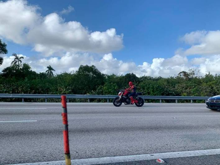 Un Spiderman à moto sur l'I95 à Miami le 31 décembre dernier...
