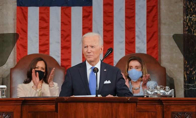 """Le président Joe Biden entouré de la vice-présidente Kamala Harris et de la """"Speaker of the House"""", Nancy Pelosi."""