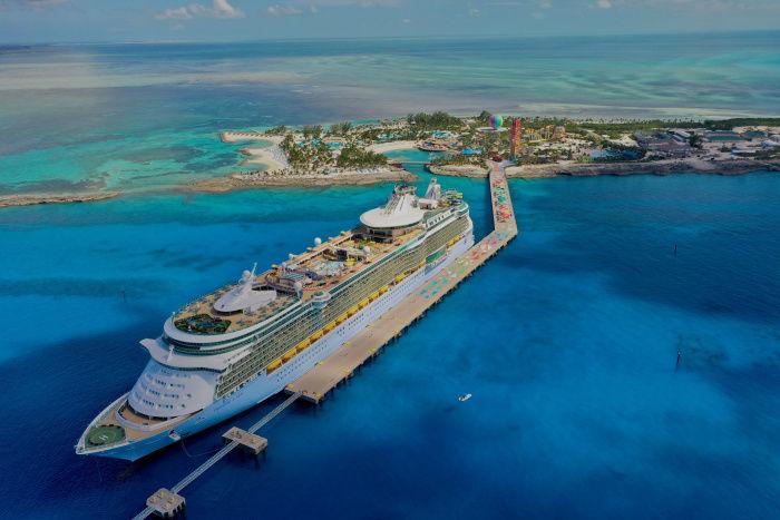 Le Freedom of the Seas amarré sur l'île des Bahamas de CocoCay, appartenant à Royal Caribbean.