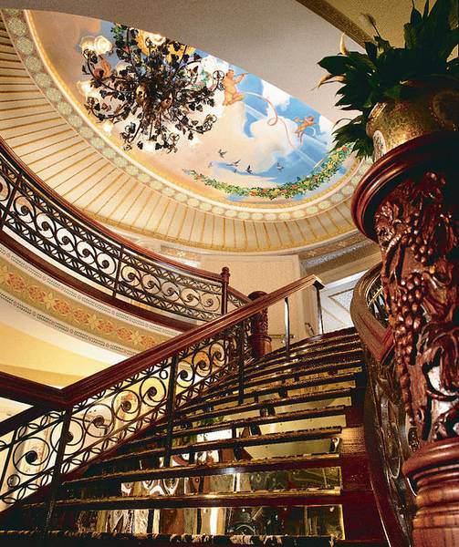 Croisière sur le Mississippi. Cette Photo : le grand escalier de l'American Queen.