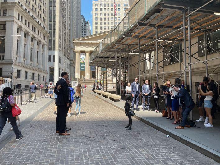 """Depuis 2018, la statue de """"la petite fille sans peur"""" (par l'artiste Kristen Visbal) fait face au NYSE et à ses courtiers !"""