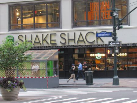Shake Shack, la chaîne emblématique de hamburgers, ici à Times Square New-York