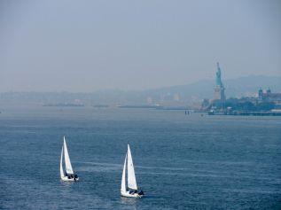 Vue sur la Statue de la Liberté depuis Little Island, une île artificielle sur l'Hudson River. Notre guide de voyage à New-York